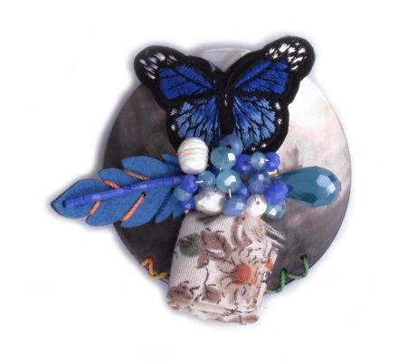 Broche Lolilota Rond de nacre papillon bleu et perles bleues