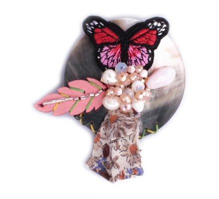 Broche Lolilota Rond de nacre papillon rouge et rose et perles rosées